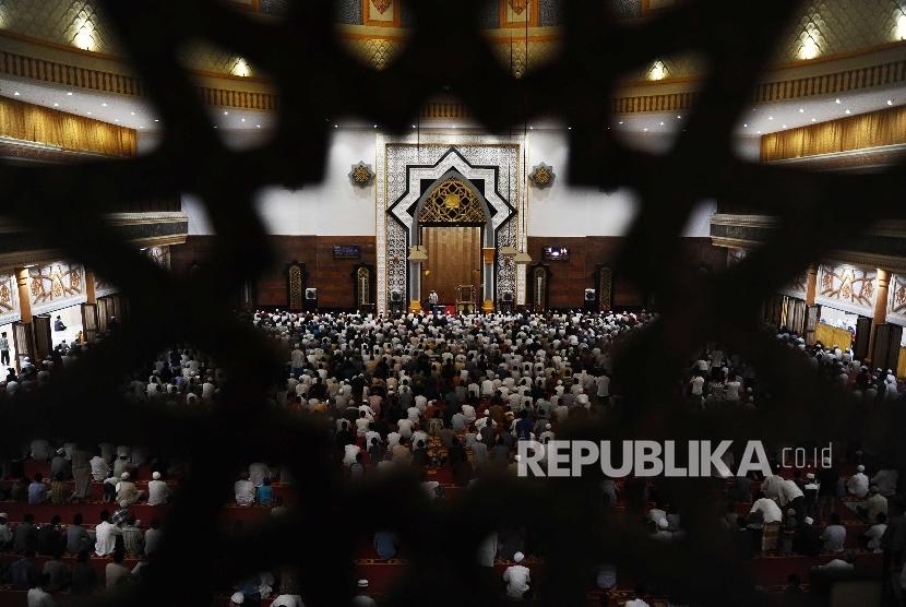Tarawih Pertama Masjid Hubbul Wathan Berlangsung Khidmat Warga Melaksanakan Shalat