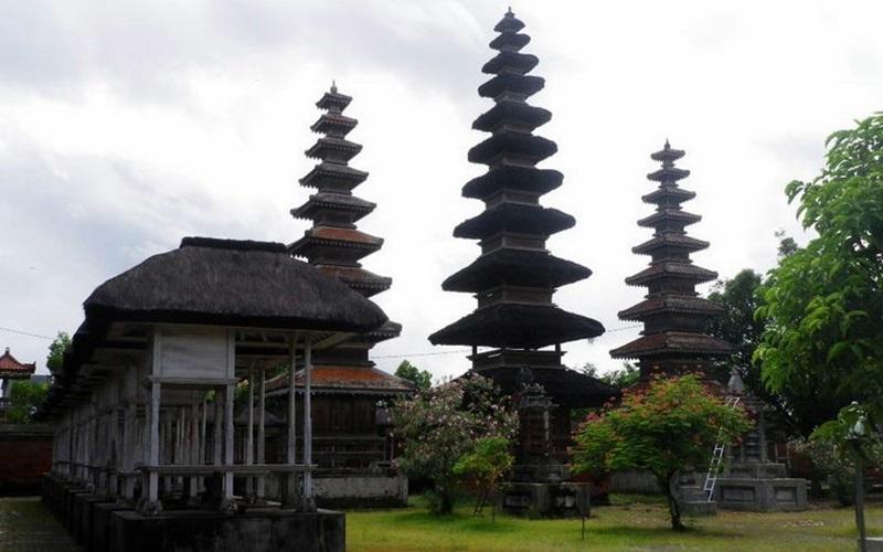 Mengunjungi Tempat Wisata Budaya Kota Mataram Lombok Pura Meru Agung