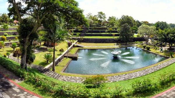 Serunya Wisata Sejarah Taman Narmada Lombok Barat Mahligai Pura Agung