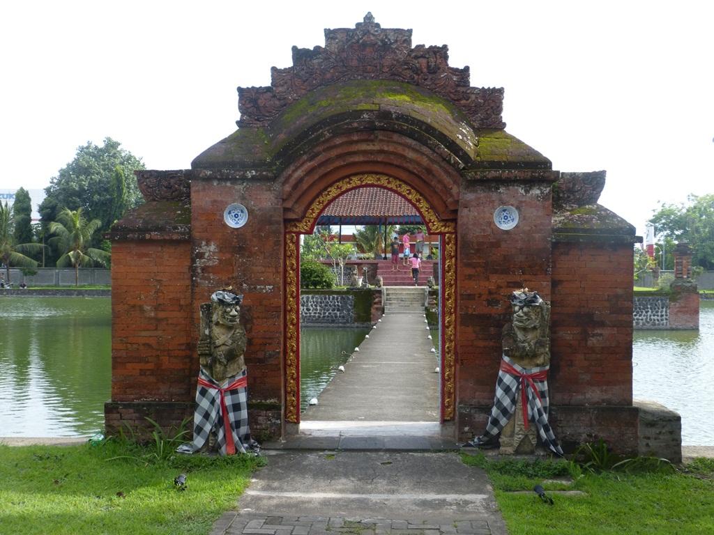 Taman Air Mayura Nuansa Bersejarah Menarik Nusa Tenggara Barat Pura