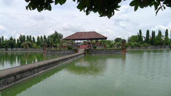 Taman Narmada Terdapat Sumber Mata Air Sebut Awet Pura Agung