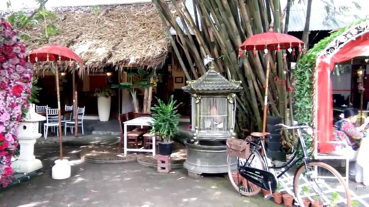 Suasana Makan Desa Resto Cafe Medan Serasa Berada Bali Dunia