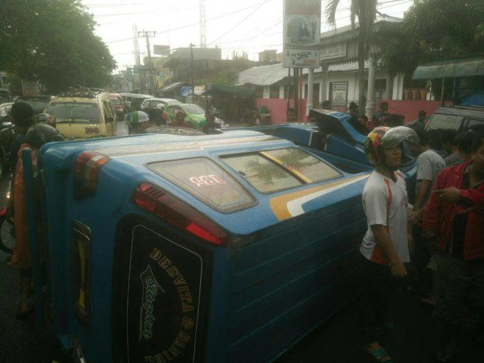 Ugal Ugalan Angkot Medan Bus 135 Terbalik Padang Bulan Sopir