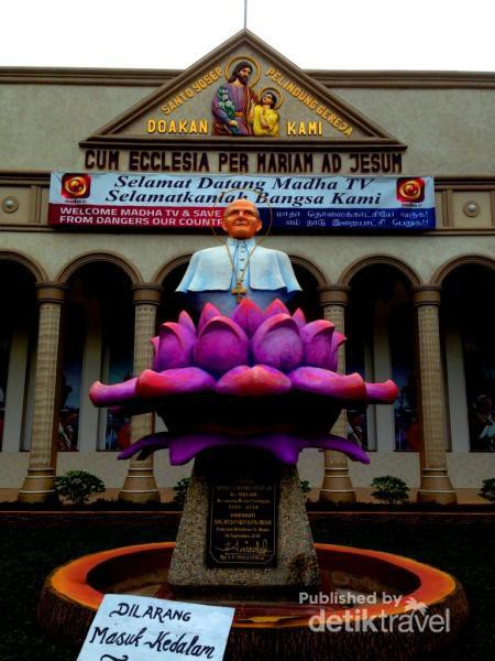Patung Artistik Gereja India Medan Paus Paulus Menghiasi Halaman Sisi