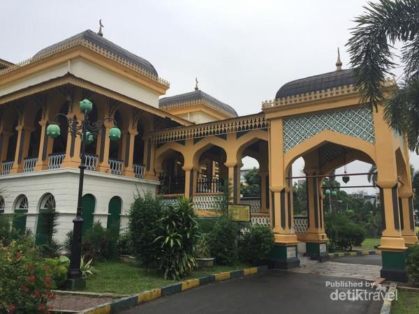 Medan Kota Bersejarah Liburan Sumatera Utara Istana Maimun