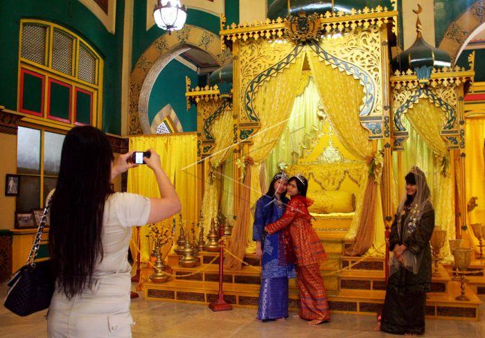 Wisata Istana Maimun Antara Foto Wisatawan Memotret Rekannya Memakai Baju