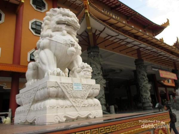 Terpesona Merahnya Maha Vihara Maitreya Medan Patung Singa De Depan