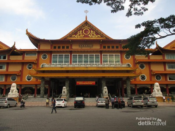 Terpesona Merahnya Maha Vihara Maitreya Medan Salah Satu Terbesar Indonesia