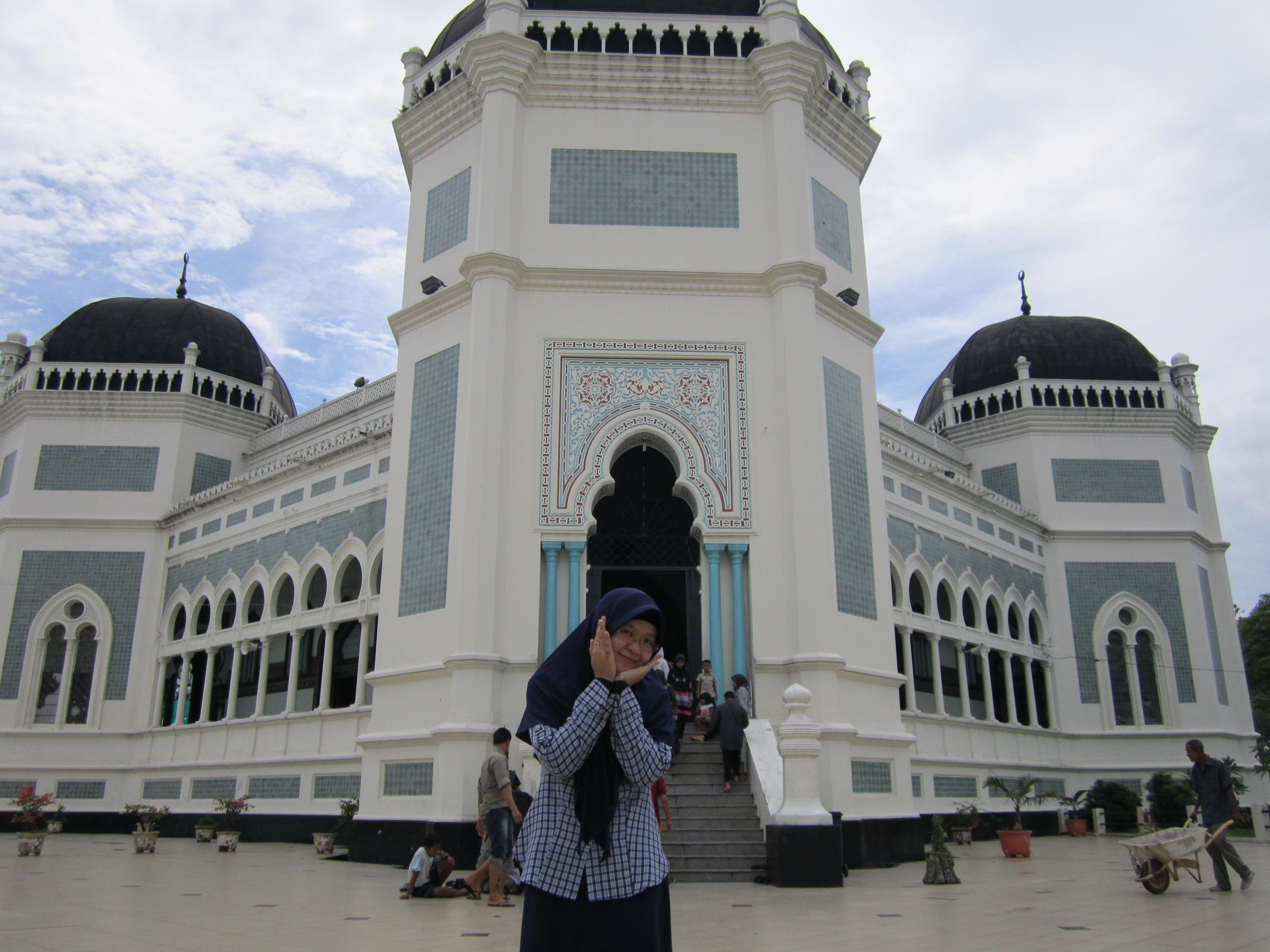 Liburan Medan Corat Coret Masjid Raya Kota