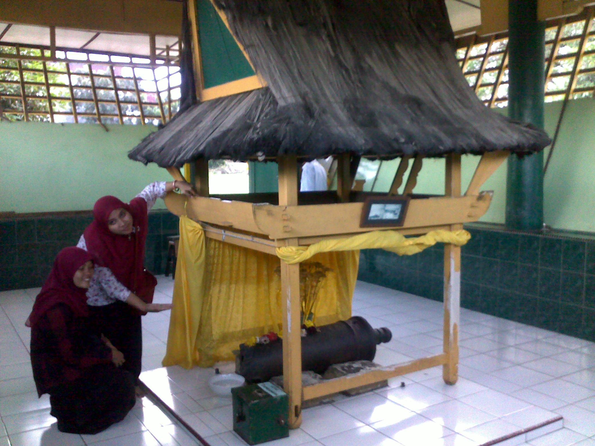 Berkunjung Kota Medan Bagian 3 Istana Maimun Indah Pengunjung Mengamati
