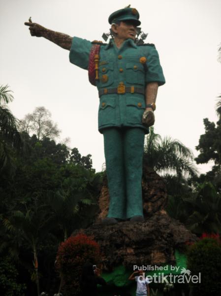 Taman Ahmad Yani Kota Medan Monumen Patung Setinggi 11 Meter