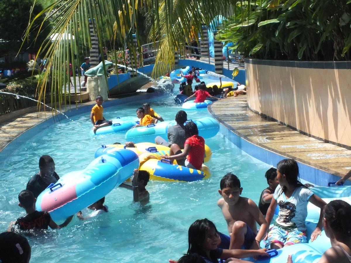 Kolam Arus Lazy Pool Hairos Taman Air Kota Medan