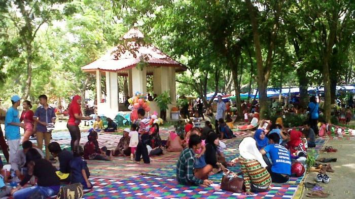 Taman Bunga Siantar Dipadati Pengunjung Pedagang Musiman Kebun Kota Medan