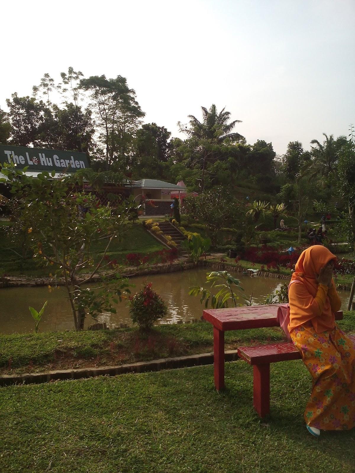 Deliani Putri Syari Le Hu Garden Taman Bunga Kota Medan