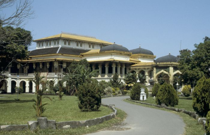 Istana Maimun Medan Attraction Indonesia Justgola Tropenmuseum Taman Sri Deli