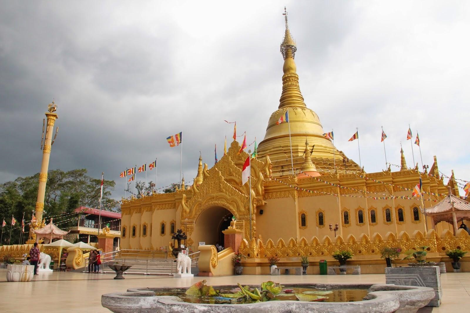 Pagoda Emas Taman Lumbini Tobasatu Sebuah Tempat Ziarah Buddhis Distrik