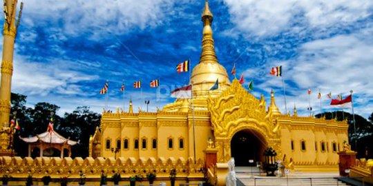 Pagoda Tertinggi Indonesia Taman Alam Lumbini Planet Merdeka Warna Keemasan