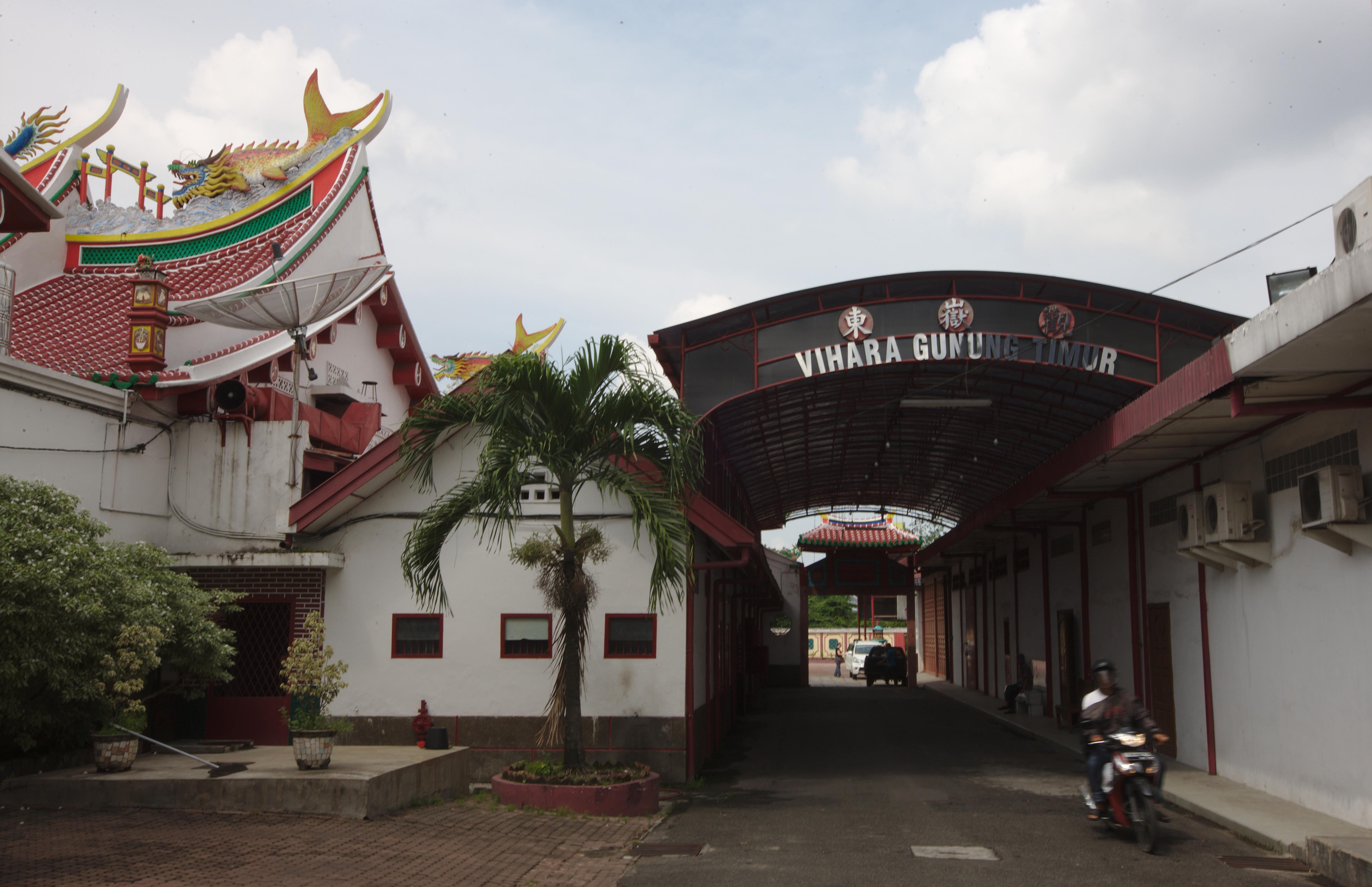 File Central Entryway Vihara Gunung Timur Medan Sumatra Jpg Kota