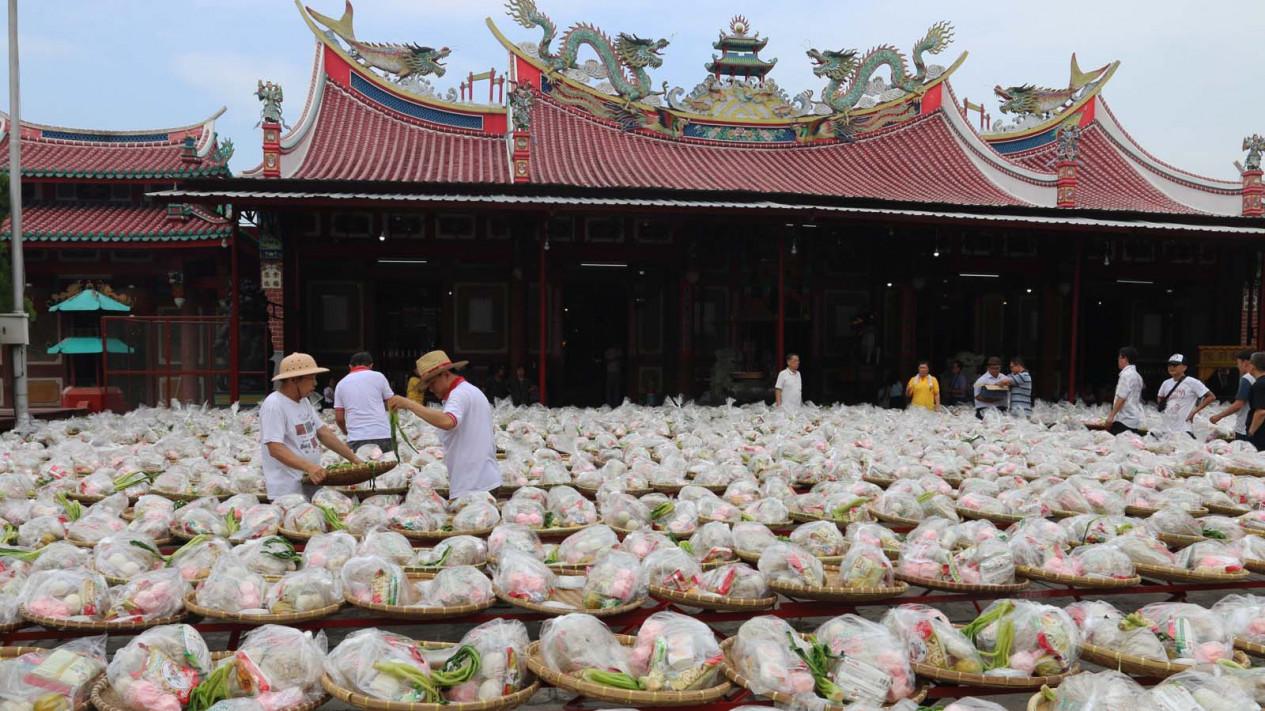 Makanan Sembahyang Leluhur Viva Umat Buddha Keturunan Tionghoa Menyusun Dikumpulkan