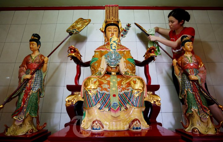 Patung Dewa Vihara Gunung Timur Dibersihkan Sambut Imlek Foto Kota