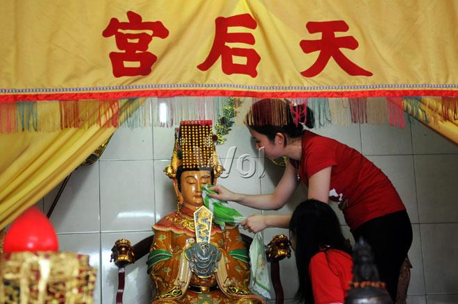 Persiapan Perayaan Imlek Waspada Online Warga Suku Tionghoa Membersihkan Patung