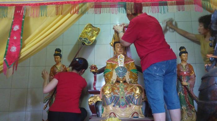 Tak Sembarangan Bisa Membersihan Patung Dewa Vihara Gunung Timur Kota