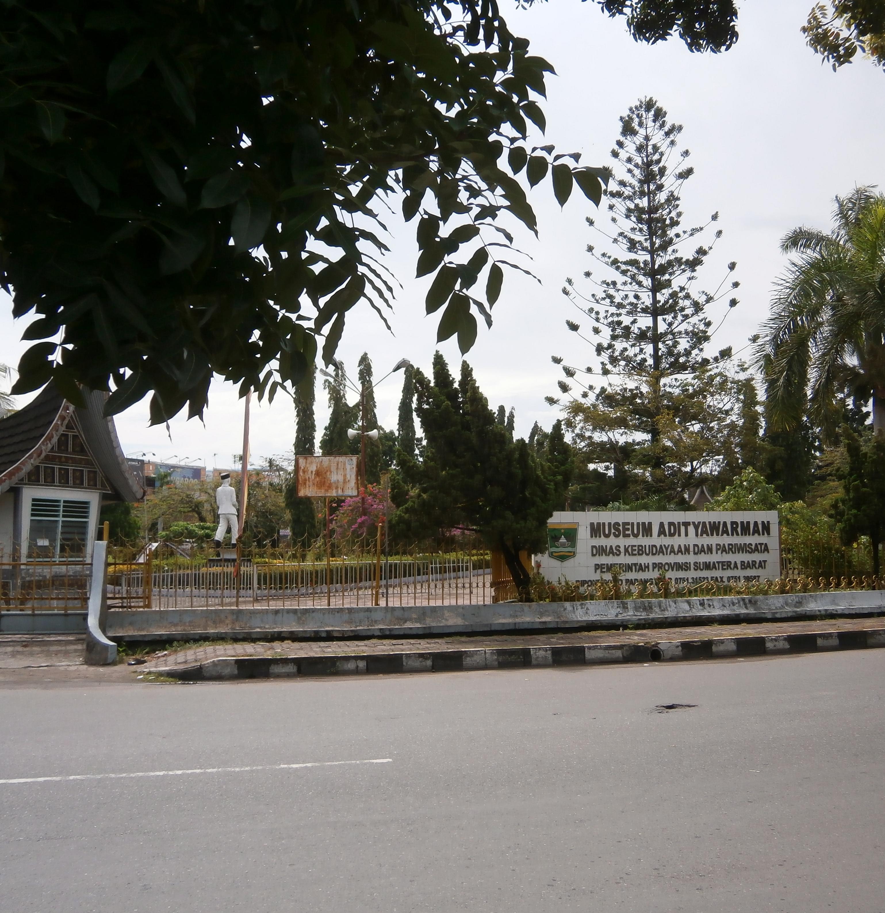 Bundaran Taman Melati Jl Diponegoro Night Shot Mapio Net Musium