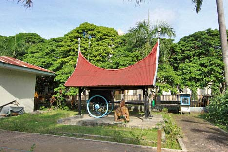 Museum Adityawarman Padang Halaman Luas Menjumpai Instalasi Patung Koleksi Lain