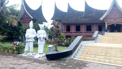 Naqiyyah Syam Jalan Berkunjung Monumen Korban Gempa Museum Adityawarman Kota
