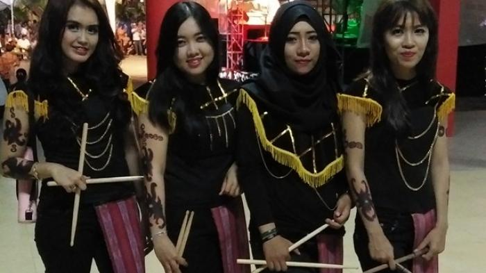 Tampil Palangkaraya Borneo Lady Gabungkan Etnik Dayak Kalawa Waterpark Kota