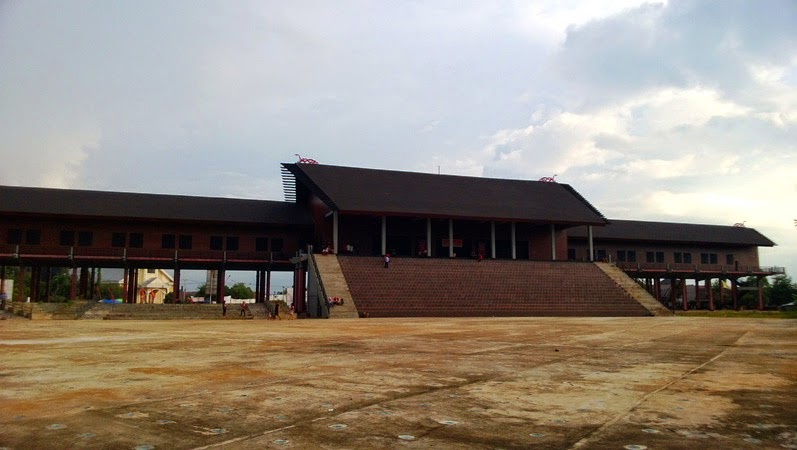 April 2014 Forgotten Rumah Adat Betang Radakng Terletak Komplek Perkampungan