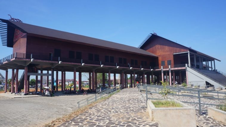 Rumah Adat Kalimantan Tengah Bentang Kota Palangkaraya
