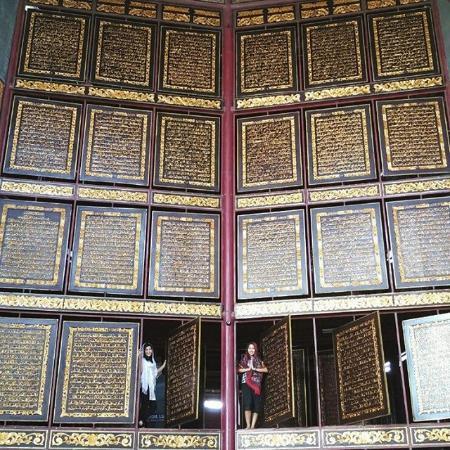 Foto Bersama Depan Lembar Al Quran Terbuat Kayu Picture Qur