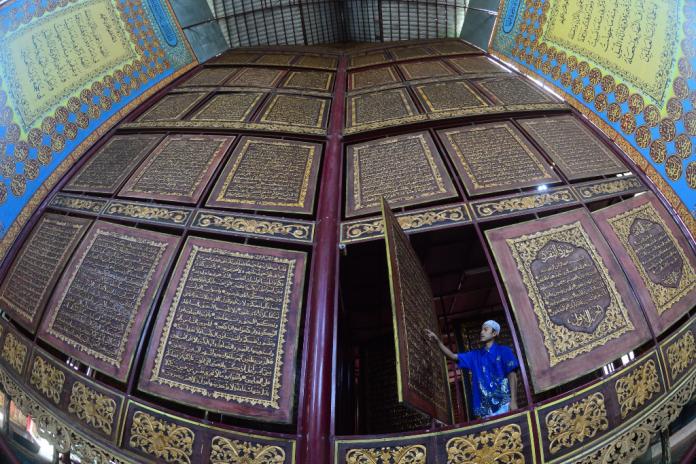 Megahnya Al Qur Akbar Salah Pengunjung Membaca Raksasa Palembang Istimewa