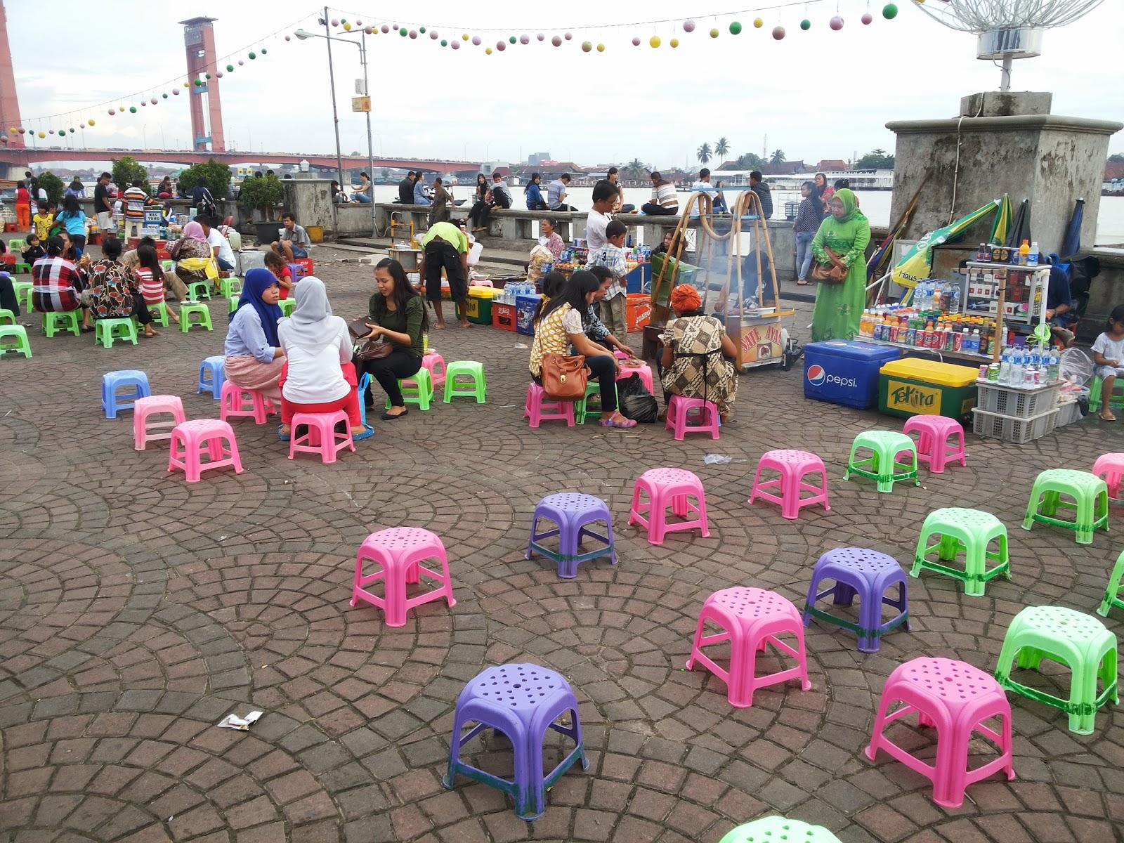 Foto Keramaian Benteng Kuto Besak Palembang Waktu Weekend Sore Kota