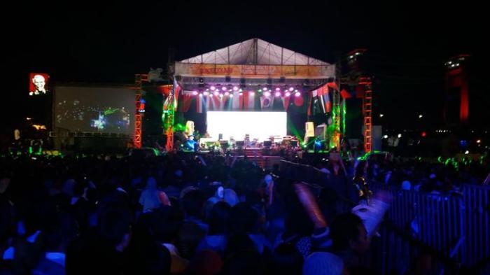 Sambut Pergantian Ribuan Warga Padat Benteng Kuto Besak Kota Palembang