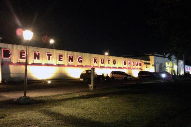 Santai Kawasan Wisata Benteng Kuto Besak Suasana Kota Palembang
