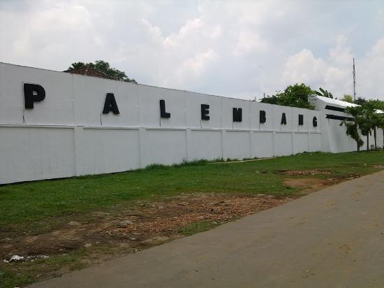 Tampak Depan Benteng Kuto Besak Tulisan Kota Palembang