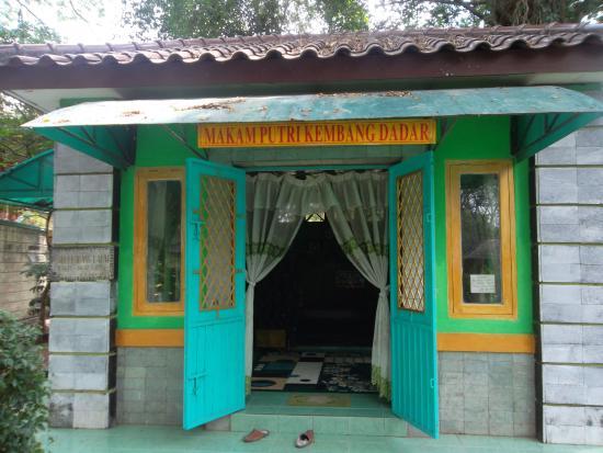 Makam Putri Kembang Dadar Foto Obyek Wisata Bukit Siguntang Kota