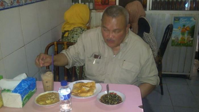 Lelah Jelajahi Pasar 16 Ilir Alex Santap Martabak Sriwijaya Post
