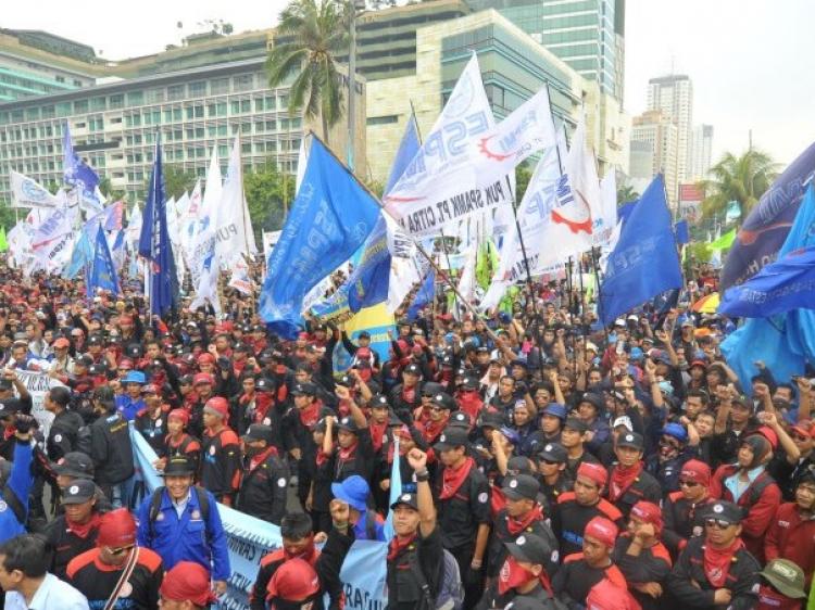 Buruh Palembang Orasi Monumen Perjuangan Rakyat Ribuan Kota