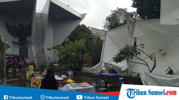 Hujan Deras Stand Kuliner Monpera Palembang Roboh Bikin Nyesek Monumen