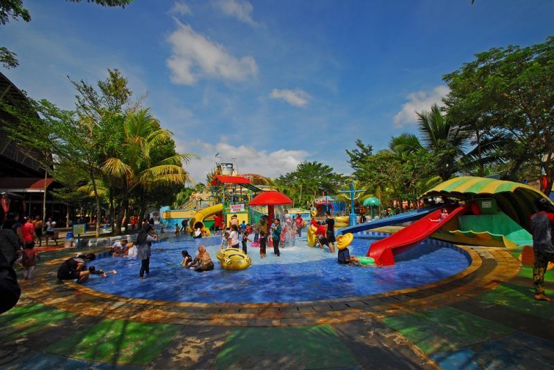 Paket Wisata Alam Kota Palembang Water Boom Pemancingan Pulau Fantasy