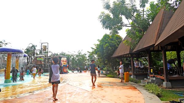 Tempat Anak Berenang Palembang Amanzi Waterpark Saung Gubuk Menghadap Kolam