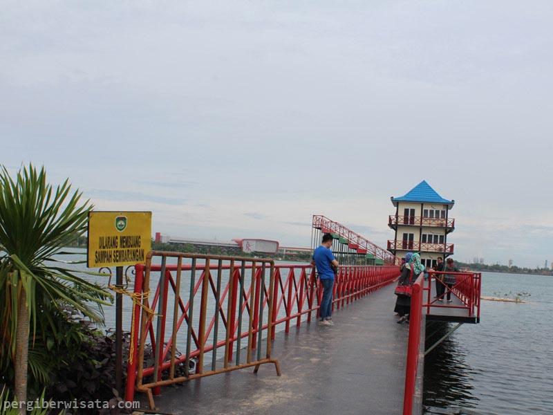 Berwisata Sembari Berolahraga Jakabaring Sport City Danau Taman Pelangi Palembang