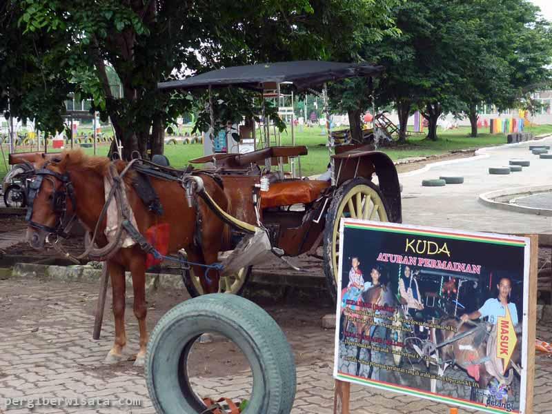 Obyek Wisata Taman Pelangi Sriwijaya Bercahaya Malam Hari Bendi Palembang