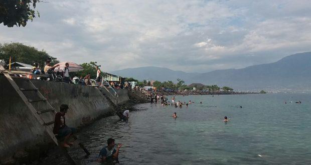 Palu Berita Daerah Wisatawan Menikmati Pantai Kampung Nelayan Kota Sulawesi