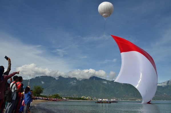 Pengibaran Bendera Raksasa Muncul Laut Membumbung Udara Anjungan Nusantara Kota