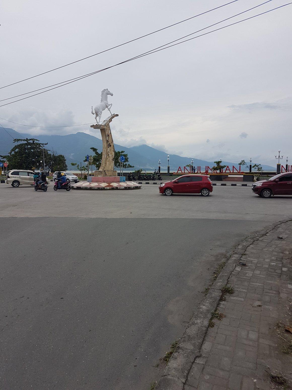 Suasana Taman Anjungan Nusantara Tepian Pantai Teluk Palu Sulawesi Mencapai