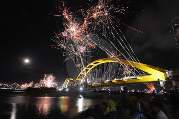 Kebangkitan Vandalisme Jembatan Palu Iv Pojokpalu Residents Enjoy Hundreds Fireworks